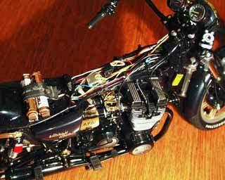A muszereket és a kijelzo panelt is apró izzók világítják meg alulról, és a slusszkulcs is majdnem igazi; elfordításával lehet áram alá helyezni a motort