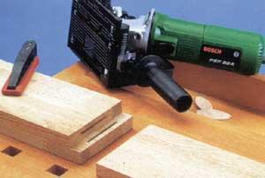 A lapos (lamello) tiplik használatához megfelelo célszerszámra van szükségmint például a Bosch PFS 22 A fúrómaróra