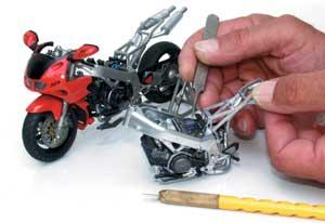 A motor kábeleinek bekötéséhez nem árt azonos átmérőjű, de vastagabb falú, lágy műanyag csöveket használni, mert a Tamiyáé kis ívben meghajlítva sarkosan megtörik.