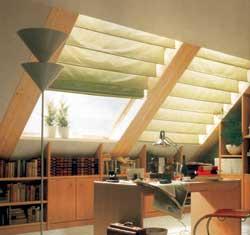 Tetőtéri ablakokra kiválóan alkalmas, azonban a két oldalon vékony függönyrúddal a tető síkjába kell vezetni, hogy ne lógjon el attól. Ehhez a függönyrúd vastagságához méretezett fém ringliket kell a függöny mindkét oldalára ütni, melyeken a függönyt a rúdra fűzhetjük