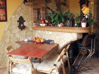 A bárpult egyben az étkezőt is leválasztja a nappaliról