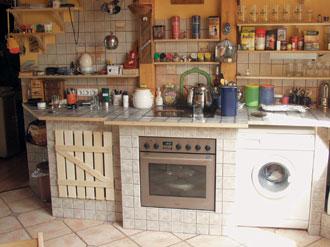 A munkalap és a falak egyaránt csempeburkolatot kaptak, és konyhapultba még a mosógép is belefért