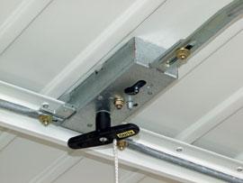 A kapu cilinderzár betétjének reteszelését belülről egy oldalra húzható kis csap is oldja, így kulcsot csak kívülről kell használni