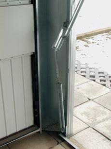 Nemcsak az ajtókeret, a vezetősínek és a tartóvasak, de az ajtólapot emelő kar és a hármas rugóköteg is tűzhorgany bevonatú