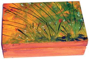 Fadobozka felületét először le kell festeni akryl-festékkel, hogy ne ivódjon bele a felolvadt viasz.