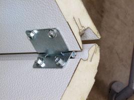 A kapupaneleket összefogó pántok felszerelését előfúrt lyukak könnyítik meg