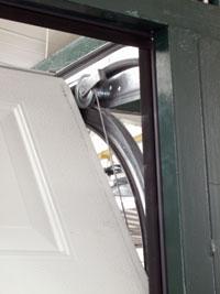 A kapu résszigetelését oldalt és felül gumiszegélyek biztosítják