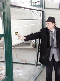 A jól felszerelt és kiegyensúlyozott garázskapu fél kézzel is könnyen mozgatható