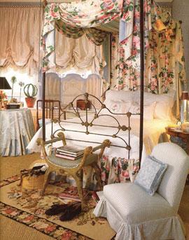 A buja textilezéssel készült hálószoba ritka különlegesség. Tervezője bátran használta a mintás, csíkos, pöttyös és egyszínű anyagokat, amelyek remekül illenek egymáshoz. A rózsaszínek és világoskékek igazi nyári hangulatokat sugároznak. Izgalmas formák jellemzik mind a reneszánsz stílusú ülőkét, mind az egészen alacsony karfa nélküli fotelt.