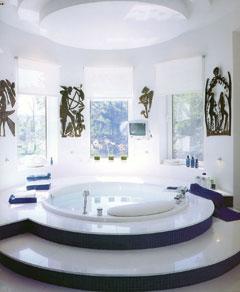 A kék-fehér fürdőszoba tökéletes téli színharmóniát sugároz. A hideg szín és a csillogó márványburkolat felszínével is a jeges időszakot idézi. A távolságtartó eleganciáját erősítik a magasfényű csaptelepek és a fekete fémplasztikák. A tisztaság és hívogató luxus jellemzik ezt a különleges helyiséget.