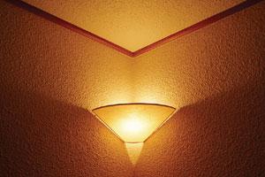 Indirekt világítás. A hatásfoka rossz, leszabályozva hangulatvilágításra, felerősítve általános világításra alkalmas.