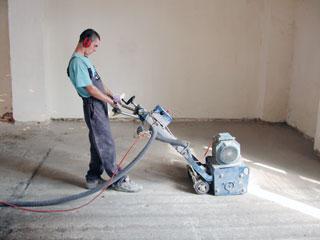 A régi, esetleg szennyezett felületű aljzatokat géppel le kell csiszolni, hogy az alapozó akadálytalanul és egyenletesen szívódhasson fel a pórusokba.