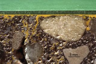 A beton felületeket alapozni kell. Az alapozó mélyen beszívódva megszilárdítja az aljzat felszínét.