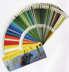 A műgyanta bevonatú padlók anyaga többnyire a RAL színkód alapján színezett, választékuk gyártótól függően változik. A leggazdagabb színválasztékkal a Murexin műgyanták rendelkeznek, több mint 100 színárnyalat közül lehet választani.