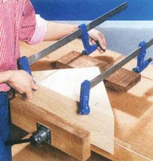 Sarkos alkatrészek felerősítéséhez célszerű a sarokhoz igazodó szorítófát használni.