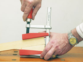 Az igényes kivitelű, önbeálló betéttel kiegészített szorítóval nem párhuzamos felületű darabokat is egyenletes erővel szoríthatunk össze.