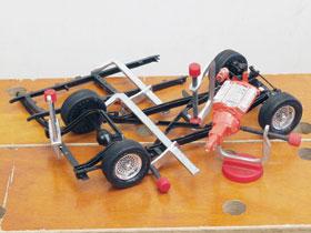 Modellezéshez használt mini szorítók, amelyeket mágnes betétes talpkorongba erősítve kis satuként is használhatunk.