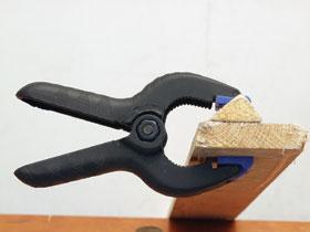 A ragasztófogók pofáinak betétei önbeállóak, a pofák szorítóerejét tekercsrugó biztosítja.
