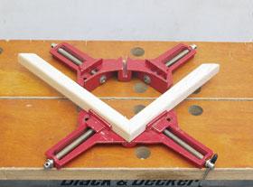 Az egyszerű sarokszorítók mozgó pofáit éles menetű orsókkal lehet a munkadarabra szorítani. Kisebb keretszerkezetek, gérbe vágott képkeretek és kisebb méretű alkatrészek él-lap kötésben történő összeerősítésére alkalmasak.