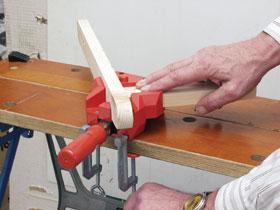 A robosztus Bessey sarokszorító asztalra is felfogható, s egyetlen orsójával akár 45 mm vastagságig különböző méretű anyagok merőleges összefogását is lehetővé teszi. Mozgópofája és szorítóorsója önbeálló.
