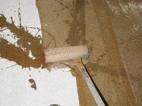 A tiszta betonfelületre a műgyanta alapozót általában hengerrel hordják fel.