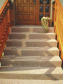 A különféle színű kőszemcsékkel összekevert műgyantából nagyon változatos kőszőnyeg burkolat készíthető, amely külső térben is időtálló burkolatot biztosít. A kőszőnyeg réteget simítólappal lehet az alapozott felületre teríteni, s ajánlott UV-álló színtelen műgyantával is áthengerelni.