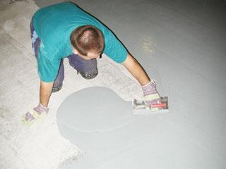 A színes műgyanta fedőréteget széles mozdulatokkal, simítólappal terítik el, közel egyenletes vastagságban. Az esetleges szinteltérések az anyag önterülő tulajdonsága miatt gyorsan kisimulnak. Nagy padlófelületeken általában mindig többen dolgoznak, mert a gyanta viszonylag gyorsan köt, viszont kis alapterületeken egy ember is képes gyorsan felteríteni a rétegeket.