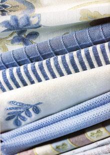 A finom kék színeket tökéletesen kiemelő textúrájú anyagok