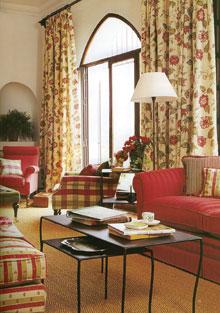A textilek tökéletes összhangját alakították ki ebben a nappaliban, ahol a bordó árnyalatai és a vajszín az uralkodó.