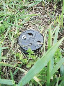 A gyepben a talajszintben legyen a szórófej, így nem akad meg a fűnyíró benne