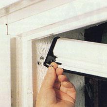A nyílászárókra utólag is felszerelhetők a külső tokos, lehúzható rovarhálók
