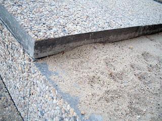 Gyalogos terhelésnél elegendő a homokágy a lapok alatt