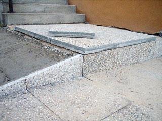 Ferde felhajtó kialakítása betonágyra fektetett burkolókövekkel