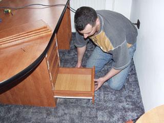 A fióktest a bútor alapanyagából, a fenéklap színazonos funérozott farostból készül. A fiókelő pluszban kerül a fiókra.