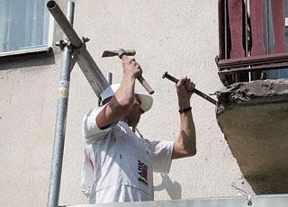 A betonszerkezetről felújításkor minden laza, máló anyagot a szilárd betonrészig el kell távolítani véséssel, vagy jobb esetben drótkefével