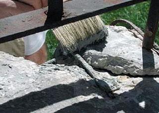 A betonból kiálló vasalásokat alapos rozsdátlanítás után műgyanta-cement bázisú rozsdagátló réteggel bevonva lehet a további korróziótól megvédeni, ami tapadóhídként is működik