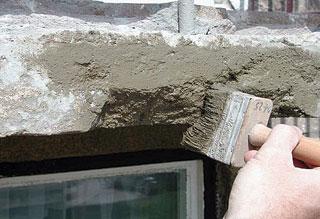 A további javításokhoz megfelelő felületi tapadás szükséges, amit az ecsetelhető a Murexin Tapadásjavító habarcs felkenésével lehet biztosítani. Erre azonban csak nedves állapotában lehet a nedves javítóanyagokat felhordani
