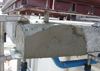 A hiányos, sérült betonrészek kijavítására szolgálnak a különféle vastagságban bedolgozható betonjavítóhabarcsok. A Durva javítóhabarcs 2-4 cm, a Finom javítóhabarcs 0,5-2 cm vastagságban, bármilyen helyzetben leválás veszélye nélkül a felületekre simítható