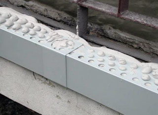 A betonszélek kijavítása után célszerű a további védelmüket teraszelemek beépítésével biztosítani. Az alumínium Teraszprofilok 1-2 cm távolságba kerülő alsó élei a vízorr szerepét is betöltik, ami a vízelvezetés szempontjából nagyon lényeges