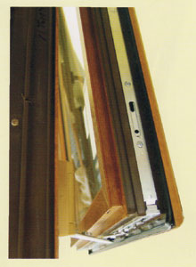 A műanyag ablakoknál megszokott a bukó-nyíló funkció, amit a szárnyprofilba süllyesztetten beszerelt vasalatok tesznek lehetővé