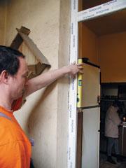 Az új ablaktok beállításának ellenőrzése vízmértékkel