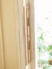 A zárlemez beszerelésekor esetenként az eredeti lemez fészkébe szabott rétegeltlemez darabbal lehet közelíteni az új zárlemezt magához az új zárhoz, ha ezek között túl nagy lenne a hézag