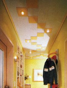 Különféle méretű-, és színű falburkoló panelekből nem nehéz összeállítani a világítótesteket is magába foglaló, s idomlécekkel szegélyezett előszoba álmennyezetét