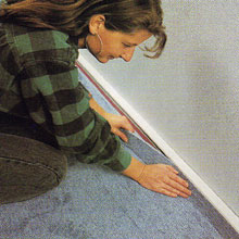 A szegélyidom egyben lehet padlószőnyeg burkolatú kábelcsatorna is