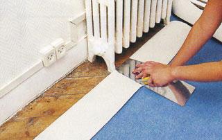 Régi fűtőtestek lábai közé acéllap segítségével szabjuk be a szőnyeget