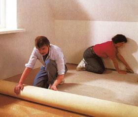 A felterített padlószőnyeg száliránya eltérhet a bevilágítás irányától