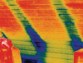Szarufák közti hőszigetelés hőhidassága (a kékes folt a hőhíd)