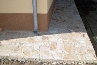 A műgyantás, ásványszemcsékkel dúsított kenhető lábazati bevonatok jól alákészített falfelületet igényelnek