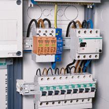 A túlfeszültség-levezetők (a képen fehér-narancs-kék színű modul) egy részét az elektromos hálózat csatlakozási pontjának közelében kell beépíteni…
