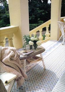 A hagyományos fonott bútorok jól illenek a mázas kerámiához